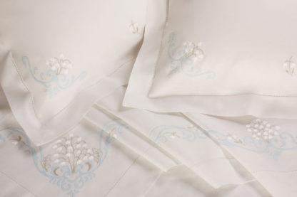 lenzuola matrimoniali ricamate fiori mughetti celeste