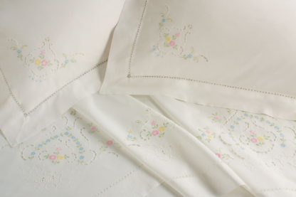 lenzuola matrimoniali ricamate fiori colorati